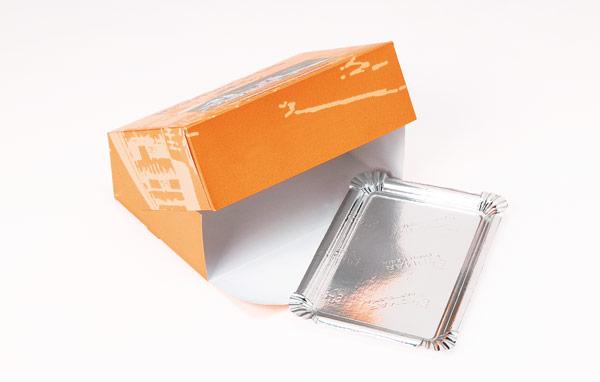 Caixa com tampa basculante para travessas retangulares